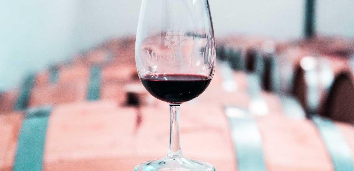 calice-mezzo-pieno-di-vino